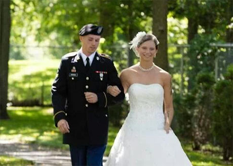 Army couple marry in Memorial Park, Oakfield